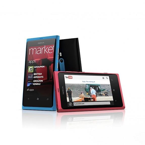 смартфон nokia lumia 800 в голубом и розовом исполнении